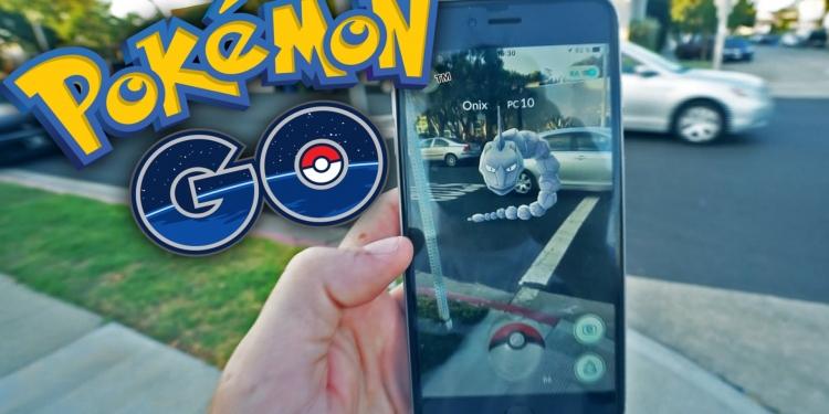 Cada usuario tiene su celular conectado a un sistema que coloca aleatoriamente  pokemones en cualquier punto de la ciudad y te avisa si uno está cerca.