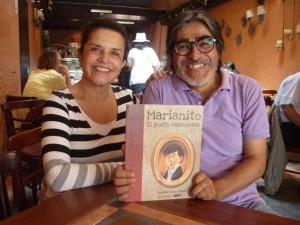 Teresina Muñoz Najar y Omar Zeballos mostrando uno de los más de quinientos ejemplares del libro distribuidos en diferentes librerías de nuestra ciudad.