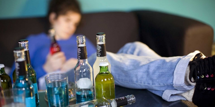 Muchas veces el alcohol es la ruta de escape que usa el adolescente para evadir problemas emocionales o familiares.