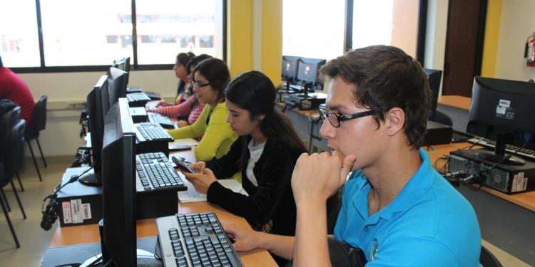 Escolares fueron capacitados en temas de inversión  y herramientas financieras. Foto referencial.