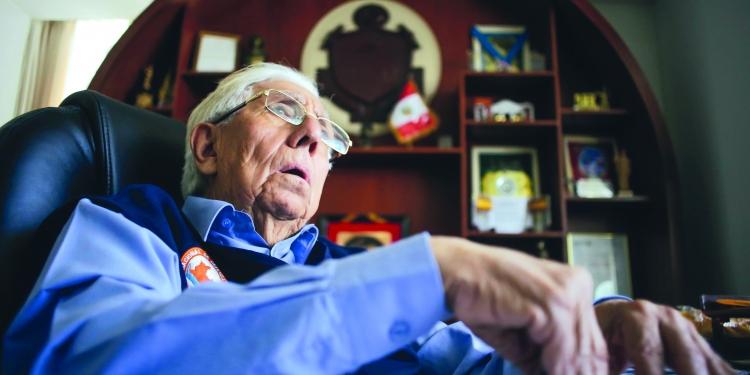 Simón Balbuena Marroquín tiene 72 años y es periodista de profesión. Fue jefe de prensa  en el Sistema Nacional de Movilización Social (Sinamos) de Juan Velasco Alvarado, trabajó con  el gobierno de Alberto Fujimori y fue elegido como alcalde provincial de Arequipa por el  Partido Nacionalista Peruano.
