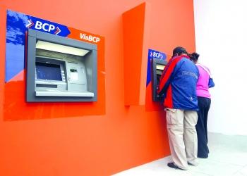 Mientras existan más comisiones habrá menos voluntad de las personas por realizar transacciones a través de los bancos.