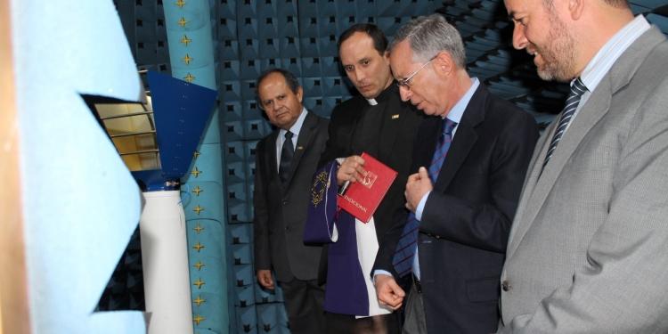 Autoridades de la UCSP durante la ceremonia  de bendición de la cámara anecoica.