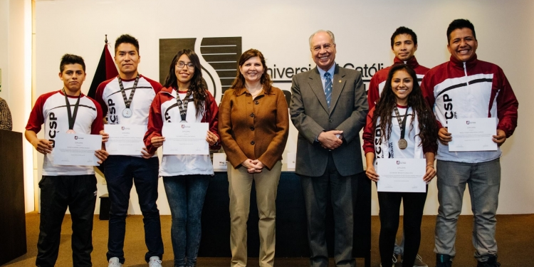 Deportistas destacados fueron premiados también por  autoridades de la UCSP.