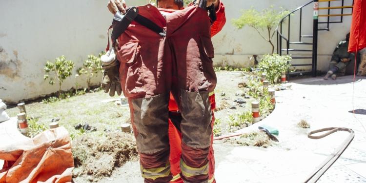 Este es el estado de los trajes de protección personal que usan los bomberos en sus intervenciones diarias.