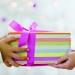 Un regalo especial trae consigo un mensaje de cariño para quien lo recibe.