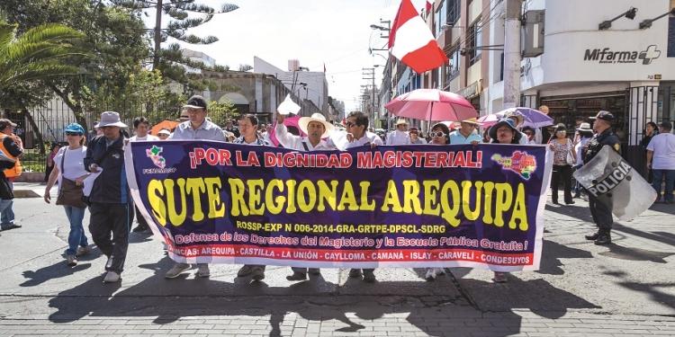 En el sur, Arequipa, Moquegua y Tacna mantienen la paralización docente en los colegios públicos.