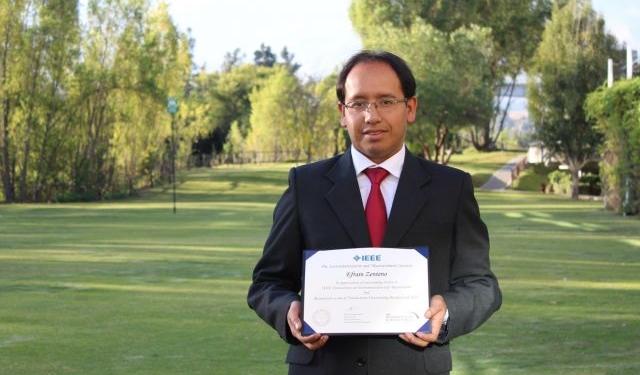 Efraín Zenteno revisa artículos científicos  de investigadores del mundo.