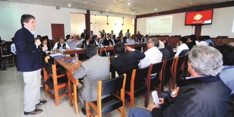 Yamila Osorio y Pablo de la Flor explicaron a los alcaldes de Arequipa los alcances de la reconstrucción con cambios.
