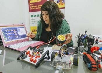 Made in Arequipa. El kit utilizado para enseñar Robótica en el Cole fue creado en Imagine Labs.