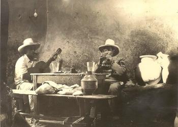 Solía haber mesas grandes flanqueadas por bancas. No faltaba algún cantor que acompañaba el deleite de comer picantes y beber chicha en cogollo.