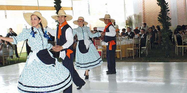 En Arequipa se comienza a llamar  chacarera a este género, en un intento por  diferenciarla de la marinera de otros lugares.