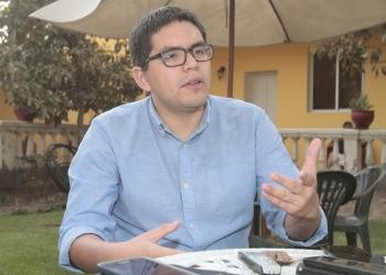 Pedro Llanos Paredes es sociólogo, con una maestría en Economía por la Pontificia Universidad Católica del Perú. Además, es investigador de industrias extractivas del Grupo Propuesta Ciudadana, en el que Epifanio Baca es el coordinador ejecutivo.