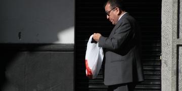 Ante la falta de conciencia ambiental, la mejor forma de evitar el uso de bolsas de plástico es a través de una norma legal.
