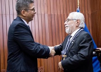 Iván Montes (izquierda) entrega el cargo a Patricio Quintanilla.