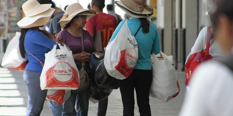Ahora los usuarios deberán pagar S/ 0.10 por cada bolsa de plástico que requieran en los diferentes establecimientos comerciales.