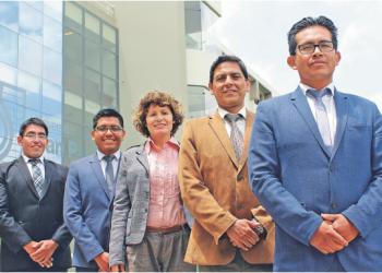 Leyenda  Integrantes del equipo a cargo de los proyectos (de der. a izq.): Dr. Fredy Huamán, Ing. Paúl Rodríguez, Dra. Artemia Loayza, Arq. Denis Mayta y Arq. Fernando Cuzziramos.