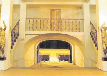 Por muchos años, la calle donde se encuentra el Teatro Fénix era conocida como calle del Teatro, luego se cambió a General Morán.