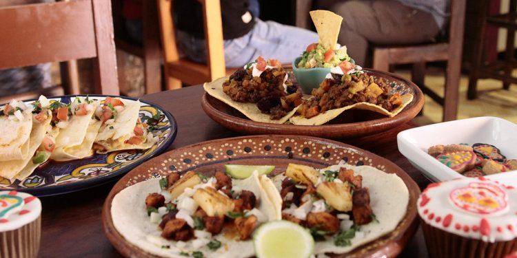 Los tradicionales tacos mexicanos son hechos con diferentes tipos de carne, además usan queso natural y queso crema.