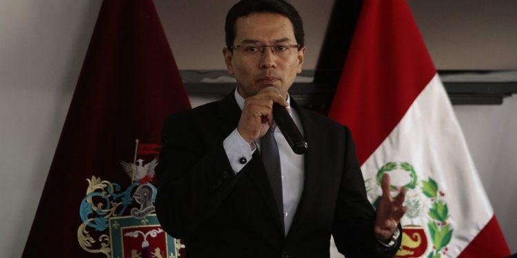 Javier Rospigliosi intentó exponer las propuestas del Gobierno regional y terminó excusando la actuación de Elmer Cáceres Llica.