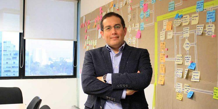 Alonso Mesones encontró en las telecomunicaciones una forma de ayudar a las personas a acceder a información y así cambiar su vida.
