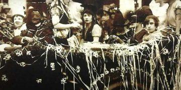 El Gran Corso de Carnaval que se realizaba en los años 50, culminaba en la Plaza de Armas de Arequipa, con el paso de diversos carros alegóricos y las reinas de los carnavales.