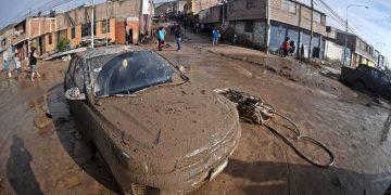 (Créditos: Diego Ramos)  Varios vehículos quedaron atrapados por los huaycos que se presentaron en la ciudad.