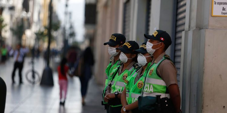 Pese a la cuarentena dispuesta por el Gobierno, la población salió a las calles en el primer día. (Foto: Andina.pe)