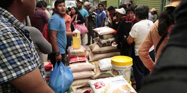 Cientos de personas abarrotan centros de abastos por temor infundado de escasez de productos.