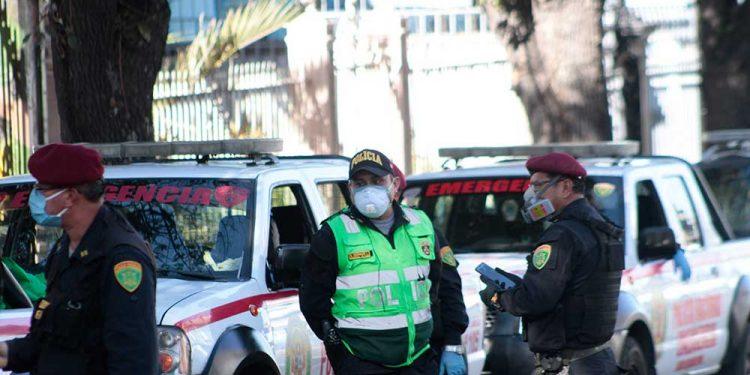 La labor que cumplen los efectivos policiales en lugares con alta concentración de personas los expone al contagio.