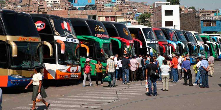 El transporte terrestre deberá reducir el número de pasajeros en los buses para reiniciar sus actividades.
