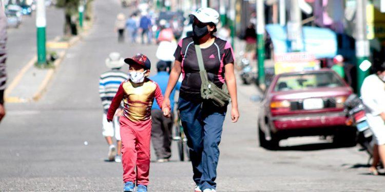Varios niños salieron a la calle después de 64 días de encierro. La alerta epidemiológica recién se conoció en el transcurso de la mañana.