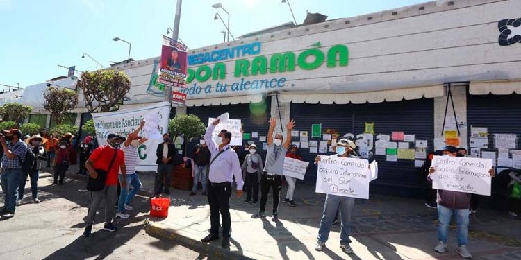 Decenas de comerciantes de galerías y mercadillos salieron a exigir al Gobierno que los deje trabajar.