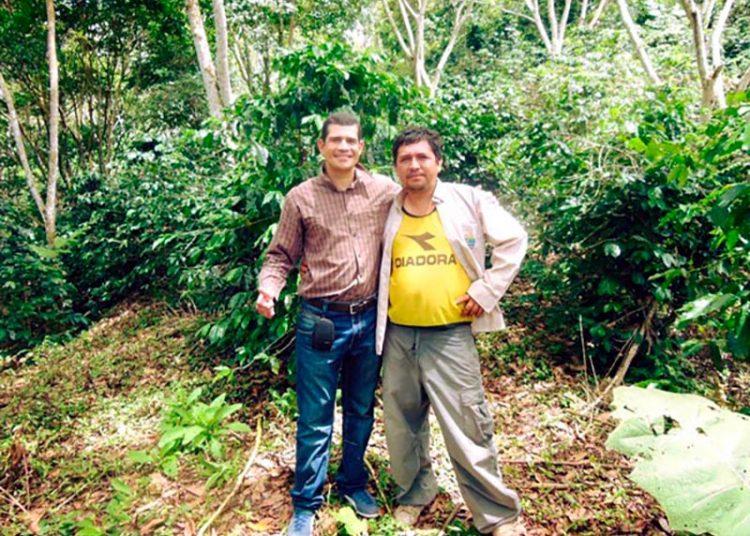 Con Dionicio Aguilar, productor de la finca La Encañada, en las altas montañas de la selva peruana en la región San Martín.
