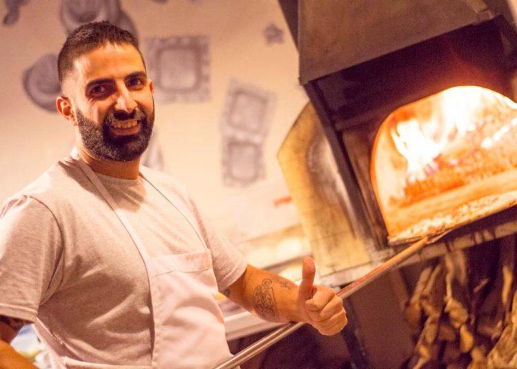 Giancarlo aprendió con tutoriales a preparar sus primeras pizzas.