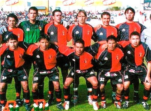 El exdelantero formó parte de la promoción de arequipeños que jugaron en el equipo rojinegro. Aquí es el tercero de los hincados.