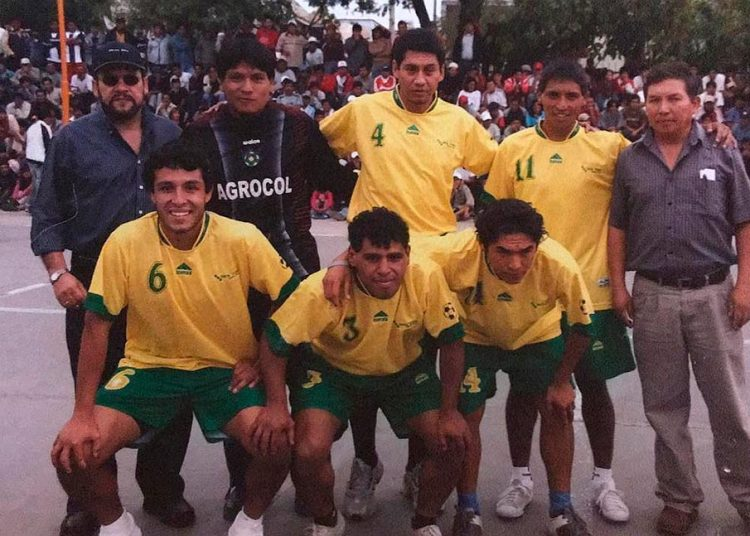 El club Olimpia, uno de los equipos con más protagonismo. Aquí aparecen de pie Andrés Mamani, Fredy Suárez, Hilden Salas y Roberto 'Chino' Zárate (organizador).  Hincados: Karlo Calcina, Luis Sotelo y Joel Sánchez.