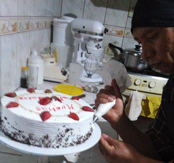 En su casa hornea y decora sus pasteles con apoyo de su familia.