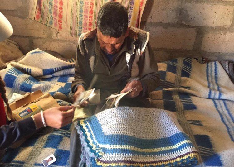 Esteban Valencia tiene más de 80 años y le gusta tejer.