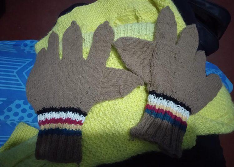 Ahora elabora guantes, mantas y algunos adornos.