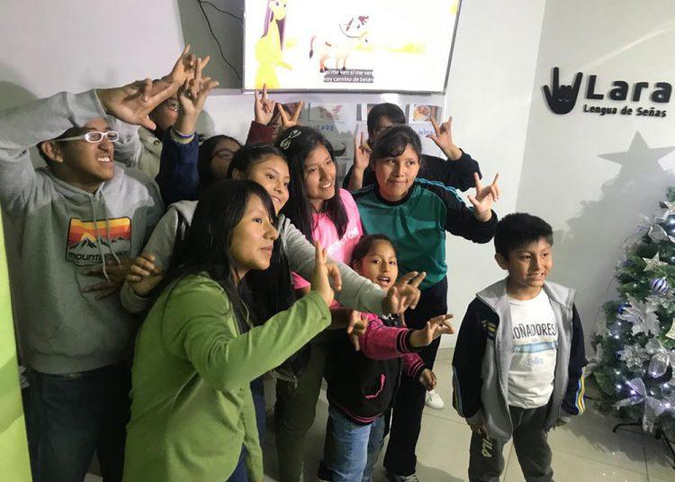 Los voluntarios ayudan a niños sordos reforzando su educación.