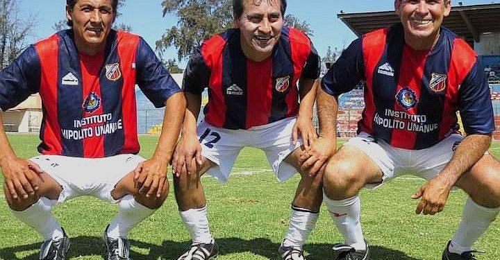 El delantero (al centro de la imagen) llegó en 1988 al Piérola, camiseta con la que se hizo conocido y destacó en la Liga del Cercado.