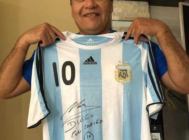 El exárbitro FIFA, Víctor Rivera, se siente orgulloso y privilegiado de haber conocido y recibido una camiseta autografiada por Maradona.