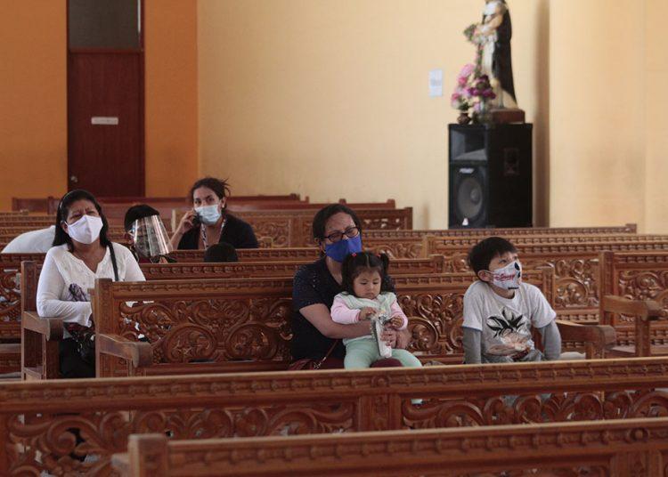 Luego de participar en la misa, los niños caminan por todo el santuario a modo de paseo.