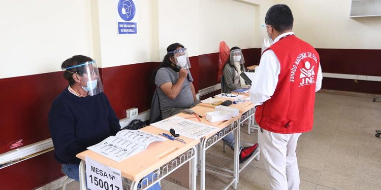Baja participación de militantes en elecciones internas revela debilidades de los partidos políticos.