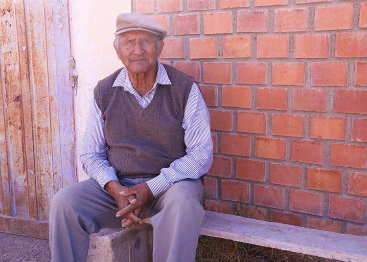 Don Hernán Delgado dedicó toda su vida a la preparación de caballos. A pesar de la difícil situación, se resiste a dejar el hipódromo.