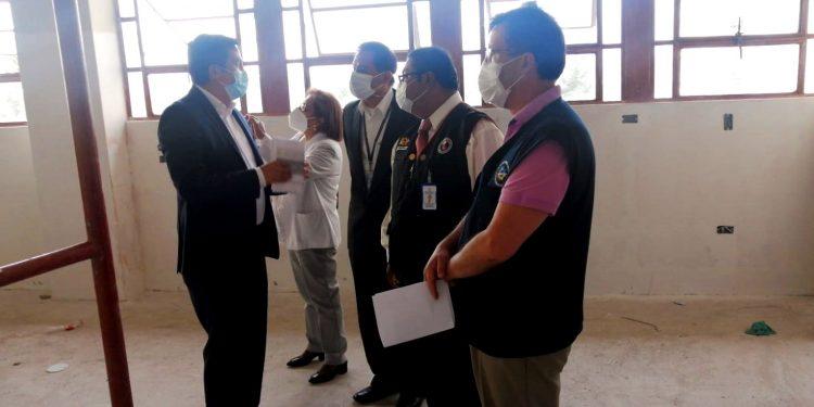 El congresista Omar Merino, constató las condiciones en que funciona el hospital general.