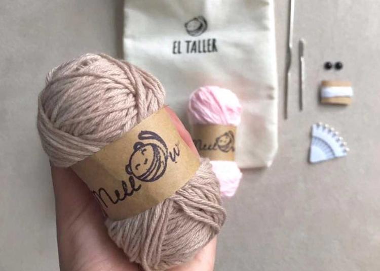 Ovillos de lana, crochés y agujas, forman parte de los talleres.