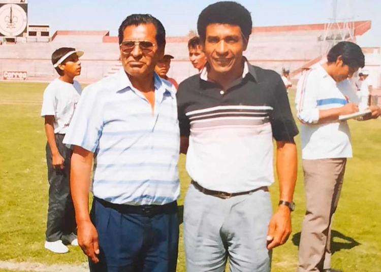 A don Justino siempre le gustó el fútbol y aprovechaba cada momento para fotografiarse con personajes del balompié nacional. Aquí posa junto a Héctor Chumpitaz.