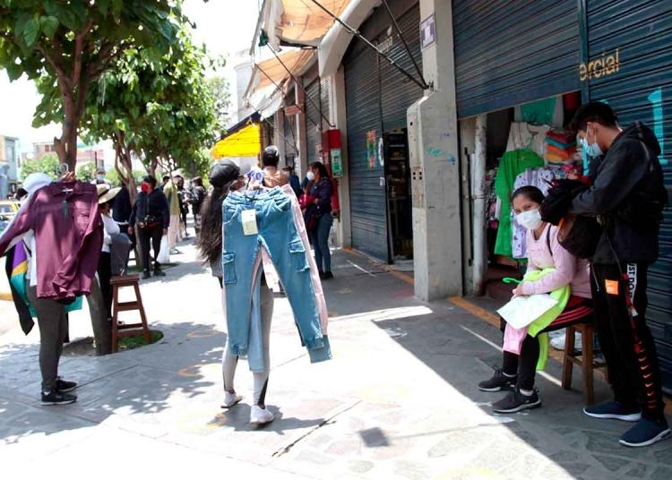 Don Ramón. Centros comerciales de la ciudad atienden a media puerta esquivando la fiscalización de las autoridades.